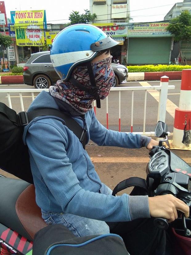 Bình Phước: Dân tình hoảng hốt khi nhìn thấy siêu ninja bịt kín mặt và hai mắt vẫn chạy xe máy đi băng băng trên đường - Ảnh 1.