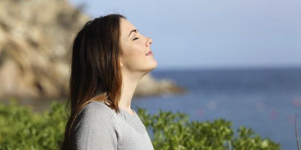 Mỗi ngày bỏ ra 7 phút, chẳng sợ stress với các động tác yoga này - Ảnh 1.