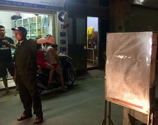 Người đàn ông cầm gậy chặn trước cửa nhà hành hung người đi đường - Ảnh 2.