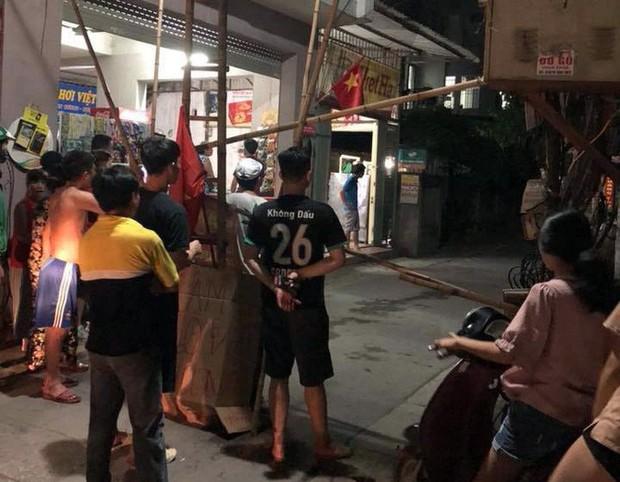Người đàn ông cầm gậy chặn trước cửa nhà hành hung người đi đường - Ảnh 3.