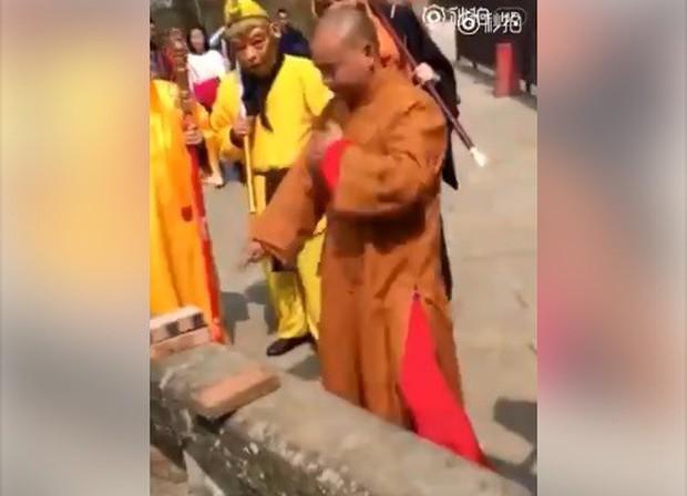 """Võ sư Thiếu Lâm thi triển màn Nhất dương chỉ """"gây bão"""" tại Trung Quốc - Ảnh 2."""