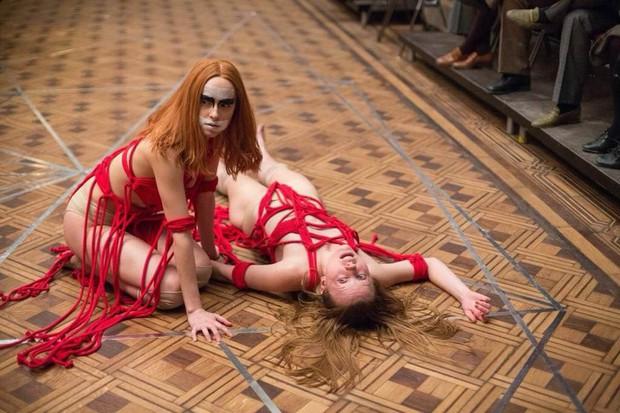 Mỹ nhân 50 Sắc Thái thẫn thờ trong vũ điệu tử thần trong phim kinh dị Suspiria - Ảnh 9.