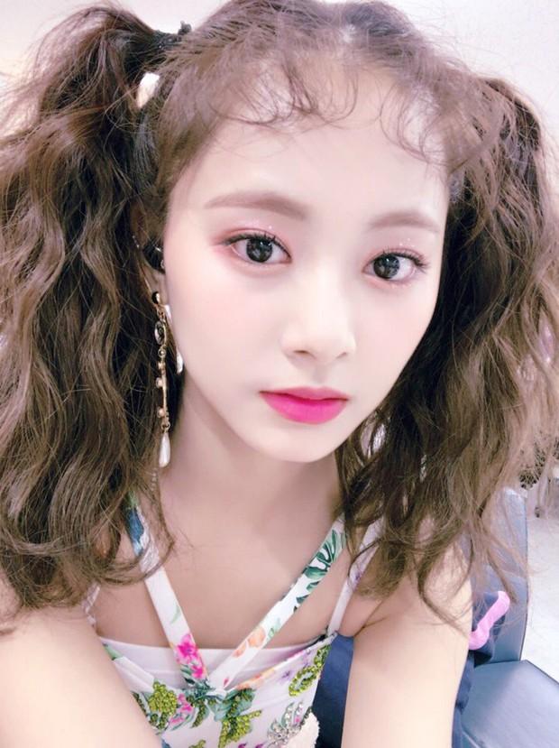 """Nữ thần Tzuyu bỗng trẻ như """"học sinh tiểu học"""" chỉ nhờ tóc mái mì tôm - Ảnh 1."""