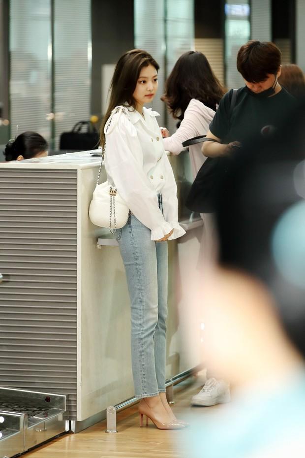 Mỹ nhân Jennie (Black Pink) lại gây sốt vì đi sân bay thôi mà sang chảnh như hội rich kid, body không thể đùa - Ảnh 4.