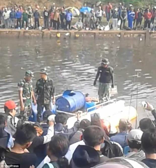 Indonesia: Tham gia cuộc thi câu cá, cần thủ đen đủi câu được thứ khủng khiếp ngoài tưởng tượng - Ảnh 3.