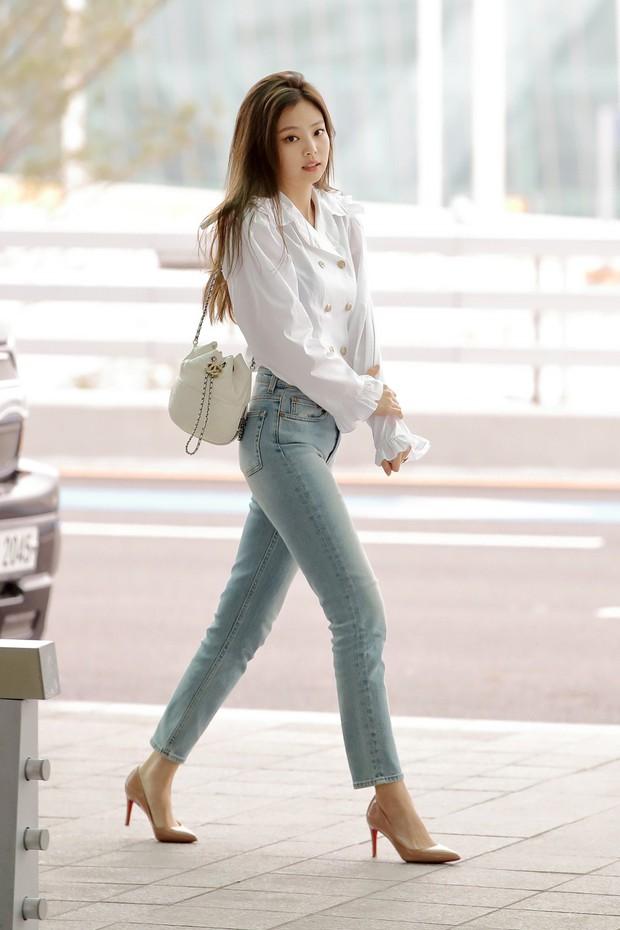 Mỹ nhân Jennie (Black Pink) lại gây sốt vì đi sân bay thôi mà sang chảnh như hội rich kid, body không thể đùa - Ảnh 1.