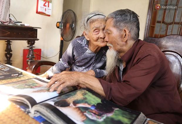 Nhiếp ảnh gia người Pháp chụp bộ ảnh đôi vợ chồng 94 tuổi và phía sau đó là một cổ tích tình già siêu dễ thương ở làng rau Trà Quế - Ảnh 9.