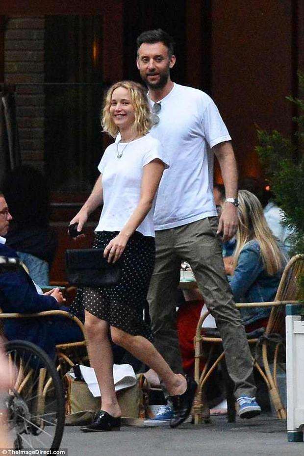 Mỹ nhân gợi cảm nhất thế giới Jennifer Lawrence hồn nhiên để mặt mộc, tóc rối đi hẹn hò bạn trai mới - Ảnh 3.