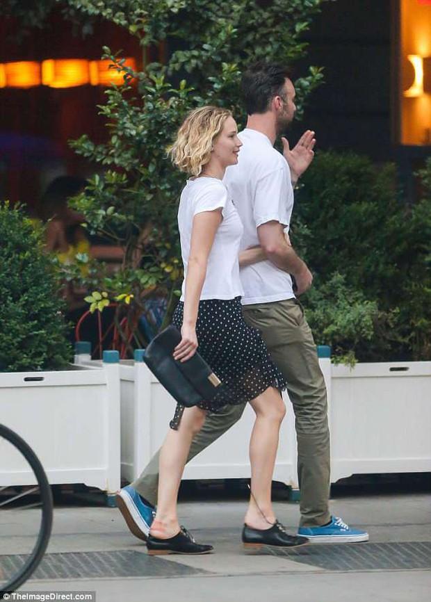 Mỹ nhân gợi cảm nhất thế giới Jennifer Lawrence hồn nhiên để mặt mộc, tóc rối đi hẹn hò bạn trai mới - Ảnh 5.