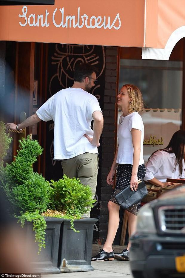 Mỹ nhân gợi cảm nhất thế giới Jennifer Lawrence hồn nhiên để mặt mộc, tóc rối đi hẹn hò bạn trai mới - Ảnh 4.