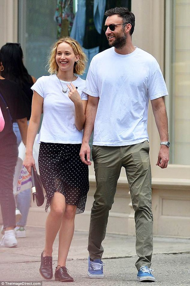 Mỹ nhân gợi cảm nhất thế giới Jennifer Lawrence hồn nhiên để mặt mộc, tóc rối đi hẹn hò bạn trai mới - Ảnh 1.