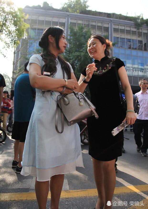 Muôn vàn tâm trạng của cha mẹ thí sinh Trung Quốc trong ngày đầu tiên thi đại học - Ảnh 16.