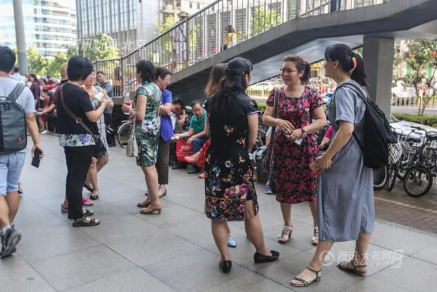 Muôn vàn tâm trạng của cha mẹ thí sinh Trung Quốc trong ngày đầu tiên thi đại học - Ảnh 17.