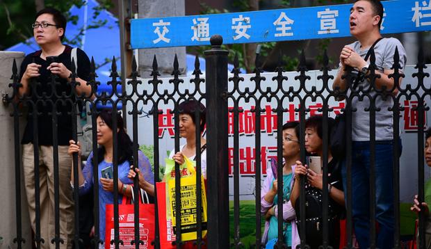 Muôn vàn tâm trạng của cha mẹ thí sinh Trung Quốc trong ngày đầu tiên thi đại học - Ảnh 2.