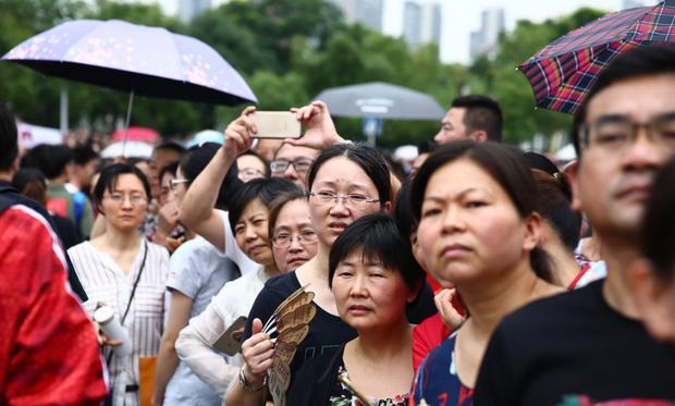 Muôn vàn tâm trạng của cha mẹ thí sinh Trung Quốc trong ngày đầu tiên thi đại học - Ảnh 3.