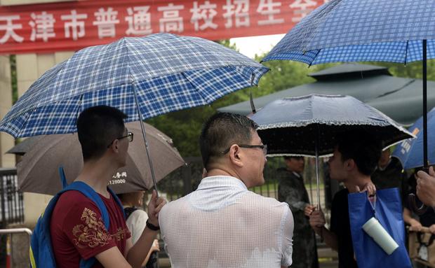 Muôn vàn tâm trạng của cha mẹ thí sinh Trung Quốc trong ngày đầu tiên thi đại học - Ảnh 5.