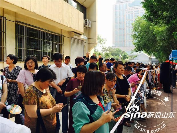 Muôn vàn tâm trạng của cha mẹ thí sinh Trung Quốc trong ngày đầu tiên thi đại học - Ảnh 9.