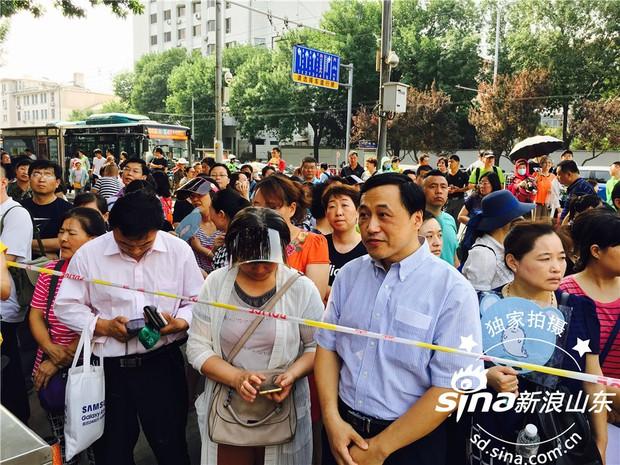 Muôn vàn tâm trạng của cha mẹ thí sinh Trung Quốc trong ngày đầu tiên thi đại học - Ảnh 11.