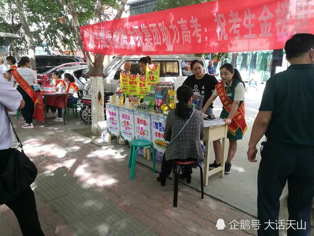 Muôn vàn tâm trạng của cha mẹ thí sinh Trung Quốc trong ngày đầu tiên thi đại học - Ảnh 15.