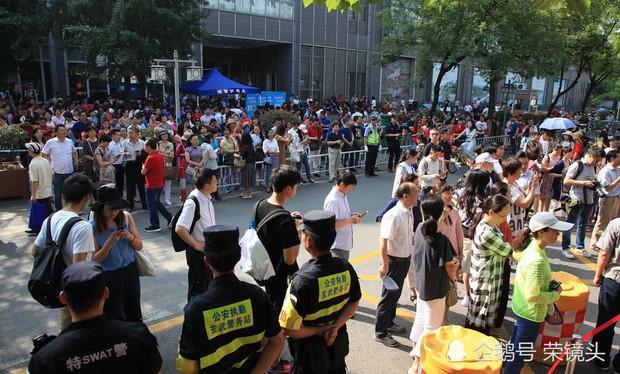 Muôn vàn tâm trạng của cha mẹ thí sinh Trung Quốc trong ngày đầu tiên thi đại học - Ảnh 7.