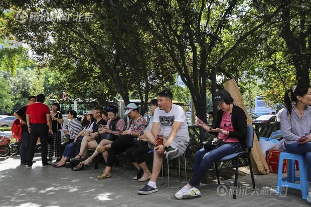 Muôn vàn tâm trạng của cha mẹ thí sinh Trung Quốc trong ngày đầu tiên thi đại học - Ảnh 12.