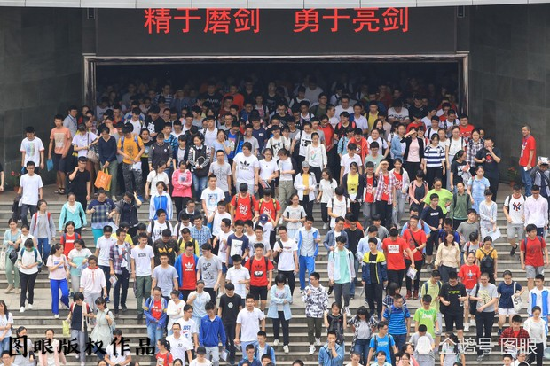 Muôn vàn tâm trạng của cha mẹ thí sinh Trung Quốc trong ngày đầu tiên thi đại học - Ảnh 19.