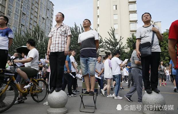 Muôn vàn tâm trạng của cha mẹ thí sinh Trung Quốc trong ngày đầu tiên thi đại học - Ảnh 4.
