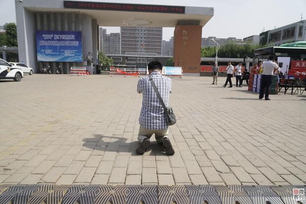 Muôn vàn tâm trạng của cha mẹ thí sinh Trung Quốc trong ngày đầu tiên thi đại học - Ảnh 18.