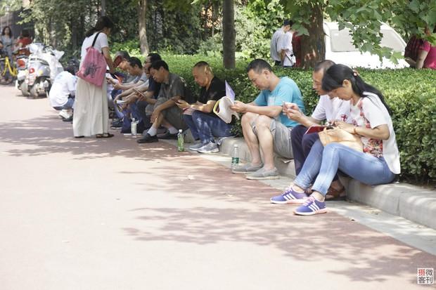 Muôn vàn tâm trạng của cha mẹ thí sinh Trung Quốc trong ngày đầu tiên thi đại học - Ảnh 8.