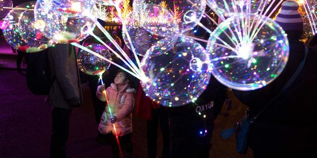 Báo chí Trung Quốc đưa ra cảnh báo về nguy cơ cháy nổ của bóng bay gắn đèn LED bán đầy ở Hồ Gươm - Ảnh 3.