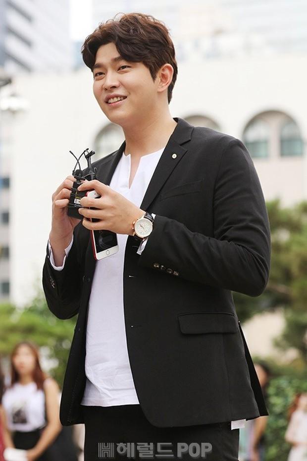 Để lọt trai trẻ, Kim Yoo Jung cặp kè mỹ nam hơn một giáp, to cao... gấp rưỡi - Ảnh 4.