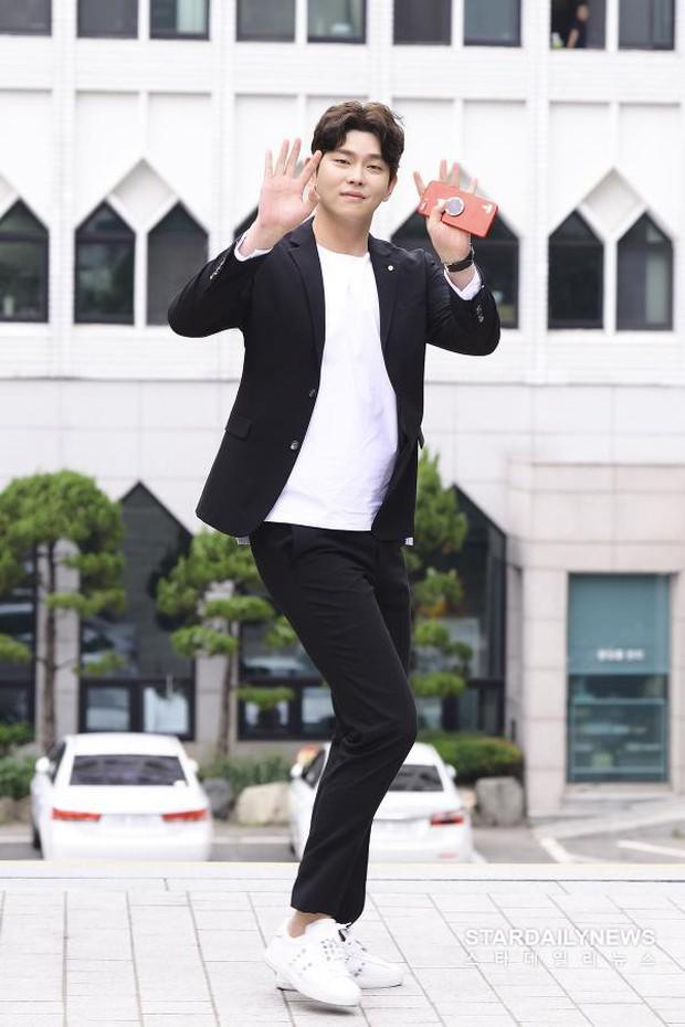 Để lọt trai trẻ, Kim Yoo Jung cặp kè mỹ nam hơn một giáp, to cao... gấp rưỡi - Ảnh 5.