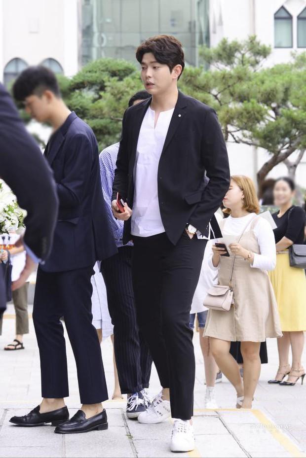Để lọt trai trẻ, Kim Yoo Jung cặp kè mỹ nam hơn một giáp, to cao... gấp rưỡi - Ảnh 6.