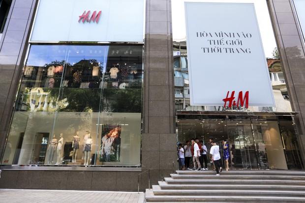 Trở thành gương mặt đại diện cho BST Hè, Đông Nhi được H&M Việt Nam trưng ảnh khắp store và mác áo quần - Ảnh 1.