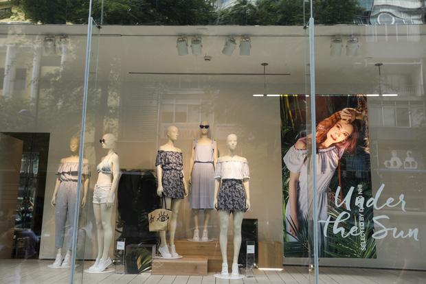 Trở thành gương mặt đại diện cho BST Hè, Đông Nhi được H&M Việt Nam trưng ảnh khắp store và mác áo quần - Ảnh 3.
