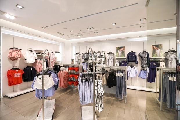 Trở thành gương mặt đại diện cho BST Hè, Đông Nhi được H&M Việt Nam trưng ảnh khắp store và mác áo quần - Ảnh 6.