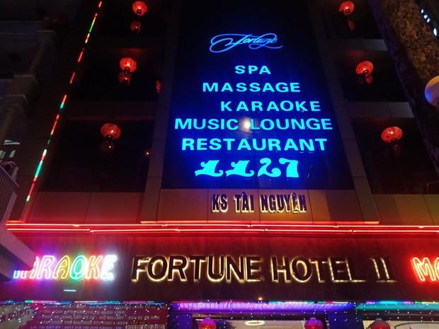 Đột kích quán karaoke, hơn 100 tiếp viên ăn mặc khiêu dâm chui vào phòng bí mật trốn công an kiểm tra  - Ảnh 4.