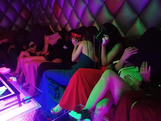 Đột kích quán karaoke, hơn 100 tiếp viên ăn mặc khiêu dâm chui vào phòng bí mật trốn công an kiểm tra  - Ảnh 3.
