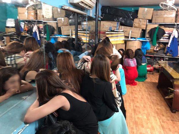Đột kích quán karaoke, hơn 100 tiếp viên ăn mặc khiêu dâm chui vào phòng bí mật trốn công an kiểm tra  - Ảnh 1.