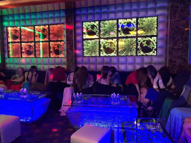Đột kích quán karaoke, hơn 100 tiếp viên ăn mặc khiêu dâm chui vào phòng bí mật trốn công an kiểm tra  - Ảnh 5.