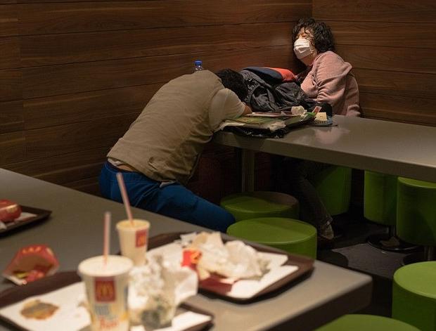 Câu chuyện về những người qua đêm tại McDonald Hồng Kông: Khi chốn công cộng trở thành nhà - Ảnh 6.