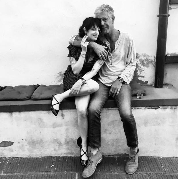 Đường tình trắc trở của vị đầu bếp tài hoa Anthony Bourdain: Hai lần gãy gánh hôn nhân và mối tình chưa kịp viên mãn đã vội chia ly - Ảnh 7.