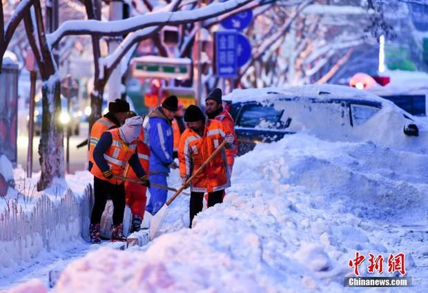 Mưa tuyết, giá lạnh tràn xuống Trung Quốc: Sinh viên cầm ô, xếp hàng lên lớp - Ảnh 5.