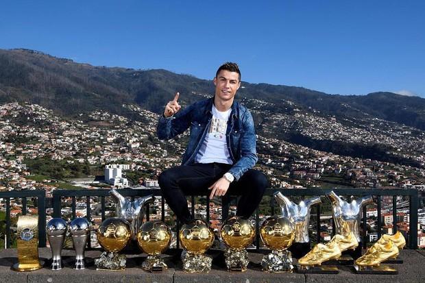 Bạn có nhận ra điều gì sau những bức hình chào năm mới của Ronaldo và Messi? - Ảnh 2.