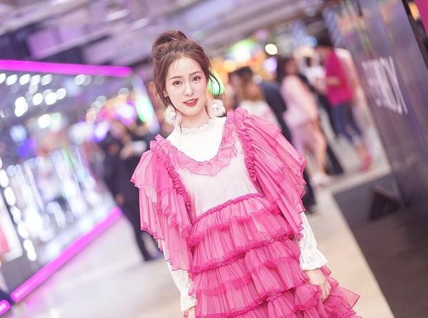 Hot girl diện đồ basic đẹp nhất Thái Lan Pimtha bỗng dưng khiến người ta hết hồn trong bộ váy màu hường lồng lộn - Ảnh 9.
