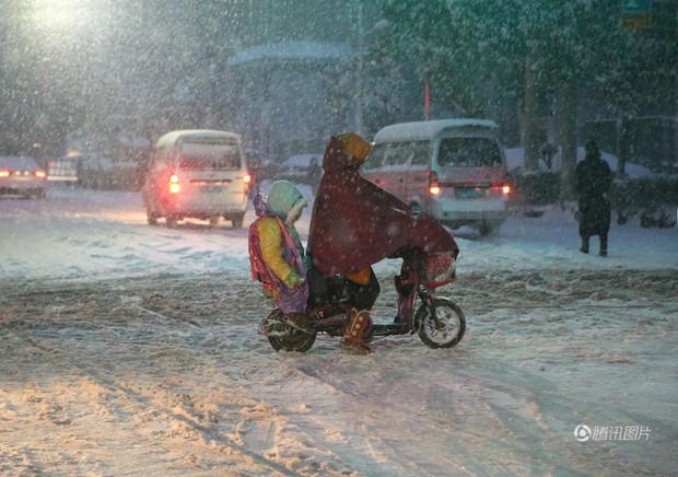 Cảnh tượng lạnh đầy khắc nghiệt tại Trung Quốc: Chị em phụ nữ quấn chăn, bịt kín lái xe máy đi làm - Ảnh 13.