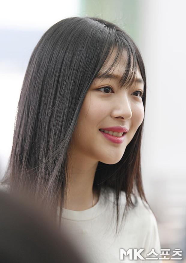 2 mỹ nhân SM đụng độ ở sân bay: Taeyeon hack tuổi khó tin, Sulli béo nhưng sao vẫn xinh thế này? - Ảnh 15.