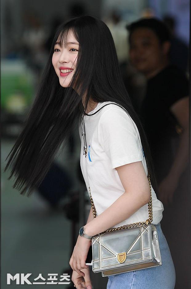 2 mỹ nhân SM đụng độ ở sân bay: Taeyeon hack tuổi khó tin, Sulli béo nhưng sao vẫn xinh thế này? - Ảnh 13.