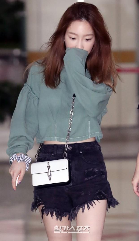 2 mỹ nhân SM đụng độ ở sân bay: Taeyeon hack tuổi khó tin, Sulli béo nhưng sao vẫn xinh thế này? - Ảnh 5.