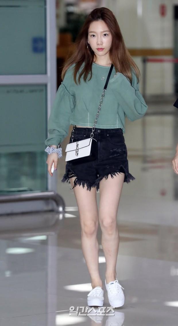 2 mỹ nhân SM đụng độ ở sân bay: Taeyeon hack tuổi khó tin, Sulli béo nhưng sao vẫn xinh thế này? - Ảnh 1.
